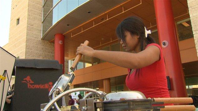 Une vendeuse de nourriture de rue à Ottawa.