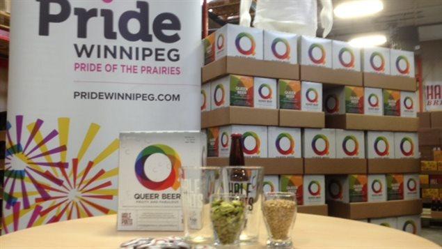 Cajas de cerveza Queer con los colores del orgullo gay.