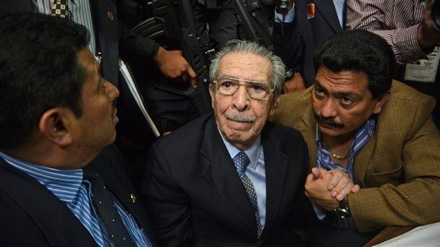 L'ancien président et dictateur du Guatemala Jose Efrain Rios Montt (centre) en compagnie de ses avocats, le 10 mai 2013