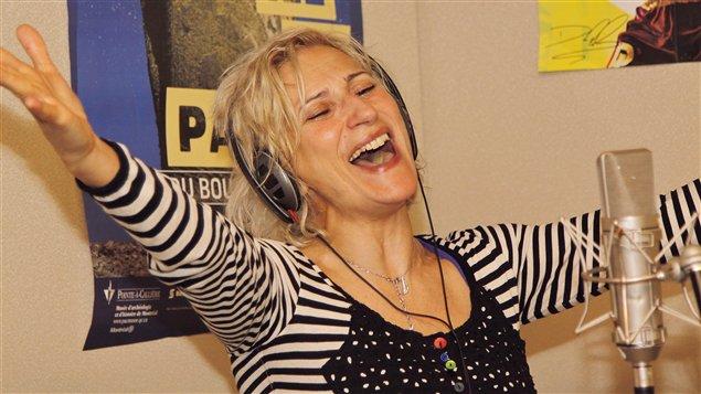 Nathalie Choquette chante pour l'anniverasaire d'Edgar Fruitier