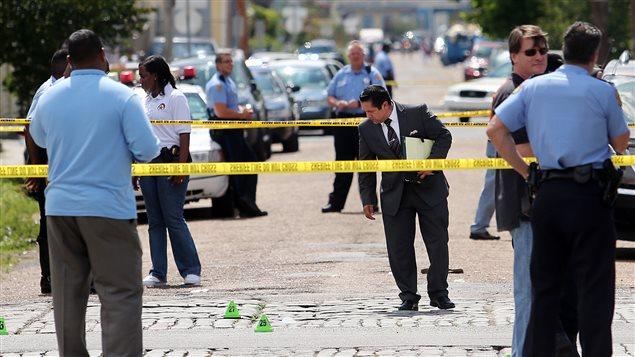 Des enquêteurs sur la scène de la fusillade en Nouvelle-Orléans.