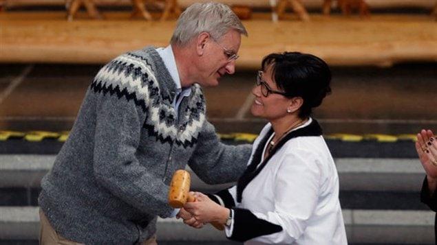 Carl Bildt, ministre des Affaires étrangères de Suède et Leona Aglukkaq, ministre de la Santé du Canada lors de la passation des pouvoirs à la présidence du Conseil de l'Arctique à Kiruna en Suède ce mercredi