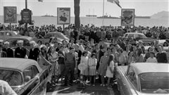 Des fans attendent les vedettes du Festival de Cannes en 1959, anne o Franois Truffaut remportait le Prix de la mise en scne | STAFF / AFP