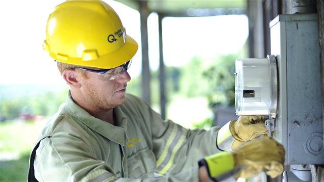 Un employé d'Hydro-Québec installe un compteur intelligent.