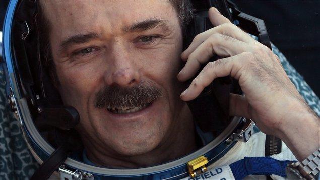 L'astronaute Chris Hadfield est au téléphone quelques minutes après avoir touché le sol en Russie. Âgé de 53 ans, il est revenu sur Terre lundi soir après avoir passé cinq mois en apesanteur dans la Station spatiale internationale. Il se sent encore étourdi et il a de la difficulté à utiliser les escaliers.