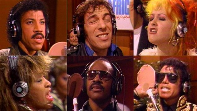 Lionel Richie, Bruce Springsteen, Cindy Lauper, Tina Turner, Stevie Wonder et Michael Jackson lors de l'enregistrement de <em>We are the world</em>