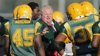 Le maire Rob Ford à la barre de l'équipe de football de l'école secondaire Don Bosco (archives).