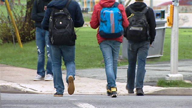 Des adolescents è la sortie d'une école secondaire