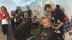 De nombreuses personnes ont accepté de se faire raser la tête pour la cause des enfants atteints de cancer.