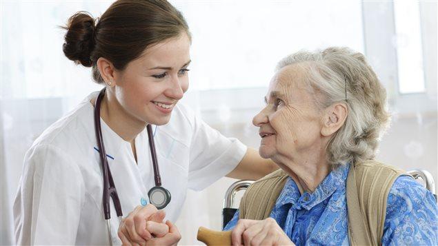 Des soins à domicile pour garder les aînés en santé chez eux