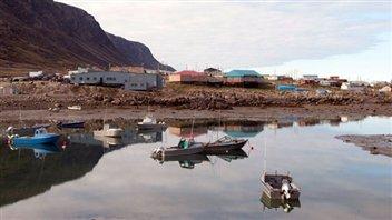Le village de Pangnirtung au Nunavut, à marée basse