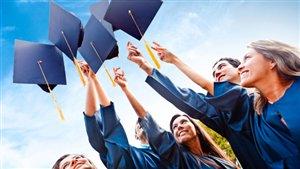 Des étudiants universitaires canadiens obtiennent leur diplôme.