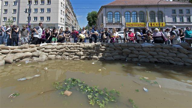 Les inondations en europe centrale ont fait 16 morts et quatre disparus ici - Sac de sable inondation ...