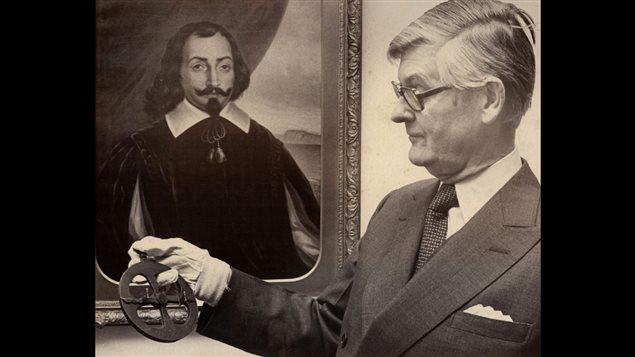Le gouverneur général Jules Léger tenant l'astrolabe de Champlain. PC, Ottawa, 17 février 1976
