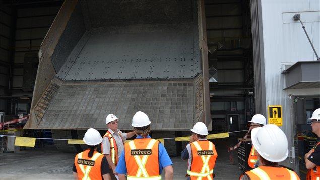 Des camions à la mine Canadian Malartic sont munis de membranes de caoutchouc pour réduire le bruit