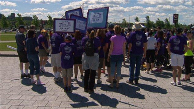 Plusieurs proches de personnes qui souffrent de la SLA ont marché pour la cause, à Ottawa.