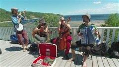 De nombreux petits spectacles s'improvisent sur la promenade de Tadoussac.