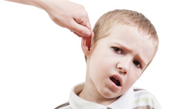 Un enfant se fait tirer l'oreille.