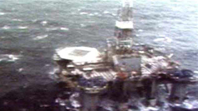 La nuit du 15 février 1982, au cours d'une tempête, la plateforme de forage Ocean Ranger sombre dans l'Océan Atlantique au large du Canada. Quatre-vingt-quatre hommes périssent dans la tragédie.