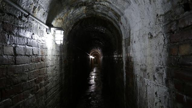 Passage souterrain dans la casemate 26, qui mène à la galerie de tir. | Christian Côté/Radio-Canada