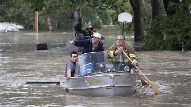 Des intervenants d'urgence recherchent des résidents prisonniers des inondations à High River, en Alberta, après que la rivière Highwood eut débordé.