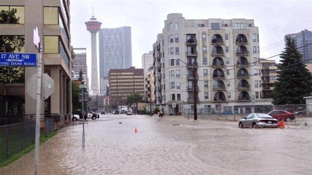 Le centre-ville de Calgary est envahi par l'eau.