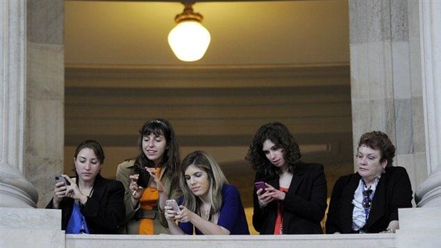 Cell-Phone-Women
