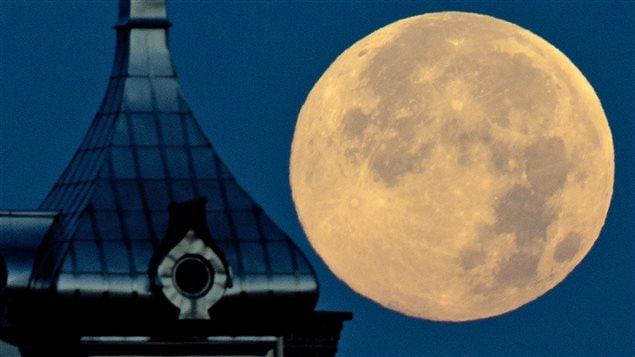La super Lune aperçue derrière l'Université de Tampa, en Floride