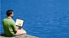 Un homme travaille assit sur un quai