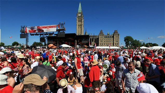 Des dizaines de milliers de personnes prenant part aux célébrations entourant la fête du Canada à Ottawa.