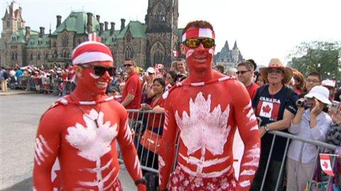Certains spectateurs mettent beaucoup d'effort pour arborer les couleurs du drapeau canadien le jour du premier juillet.