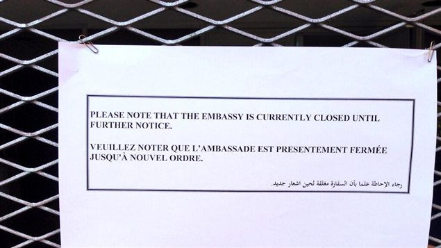 Une pancarte à l'entrée de l'ambassade du Canada en Égypte indique que celle-ci est fermée.