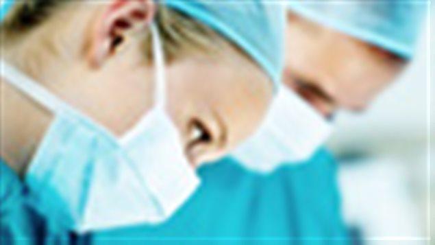 Des chirurgiens en salle d'opération