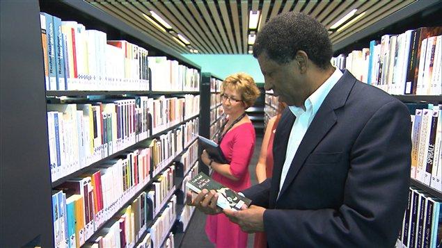 L'écrivain Dany Laferrière dans la Bibliothèque du Boisé