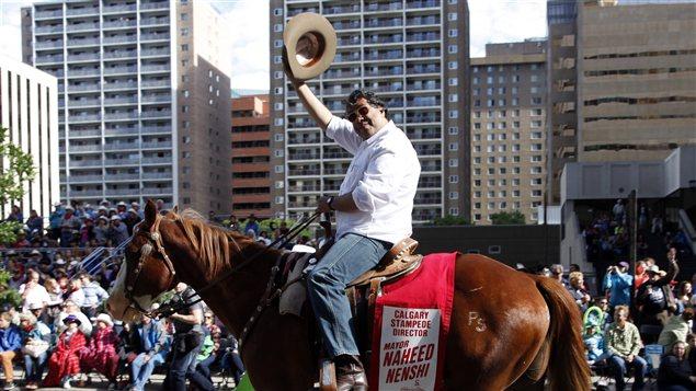 Le maire de Calgary, Naheed Nenshi, lors du Stampede de Calgary. Il  est né à Toronto, mais il a grandi à Calgary. Il est le fils de parents tanzaniens qui ont immigré au Canada il y a 43 ans.