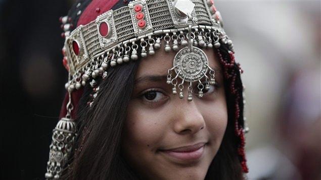 Le mois du ramadan est aux portes de Montréal. Cette jeune fille qui a revêtu un costume yéménite traditionnel assiste à un festival consacré aux enfants qui célébrent le commencement du ramadan.