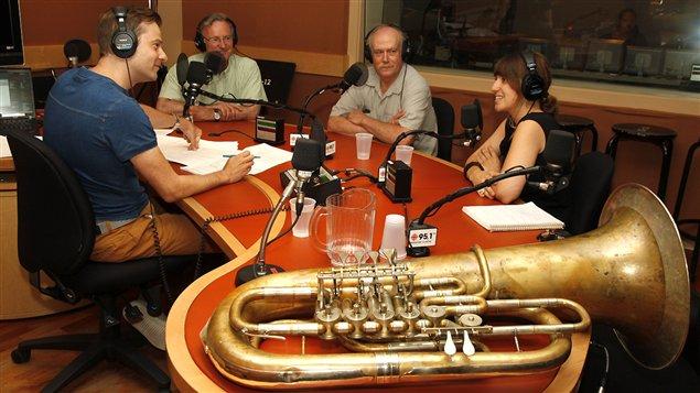 Table ronde avec des joueurs de tuba : Alain Cazes, Robert Ellis et Julie Houle. ©Radio-Canada / Michel Harvey