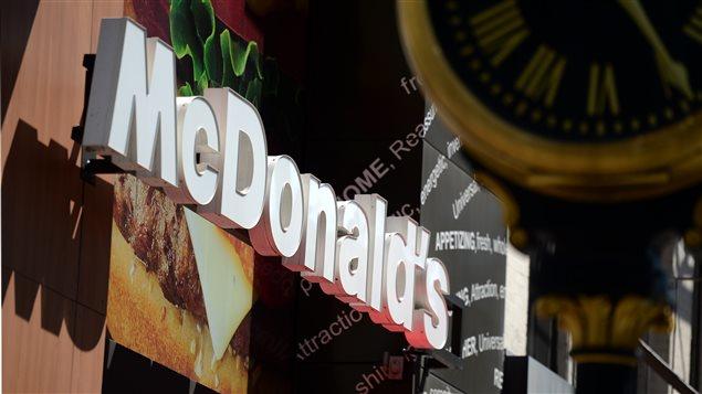 Le logo de la chaîne McDonald's au-dessus d'un de leurs restaurants à New York, le 14 juin 2013