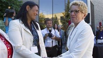 La première ministre de l'Ontario, Kathleen Wynne, serre la main de Michèle Audette, présidente de l'Association des femmes autochtones du Canada