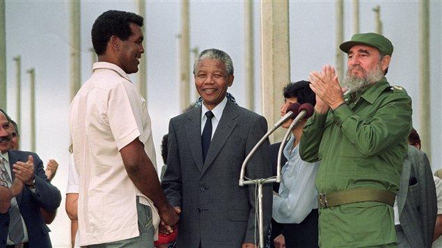 En La Habana, Cuba, Nelson Mandela y Fidel Castro reciben al boxeador olímpico cubanoTeofilo Stevenson. Foto tomada el 25 de abril de 1991, durante  inauguración de la villa de los Juegos Panamericanos.