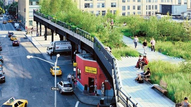 Le High Line, un parc linéaire surelevé, favorise le transport actif des New Yorkais.