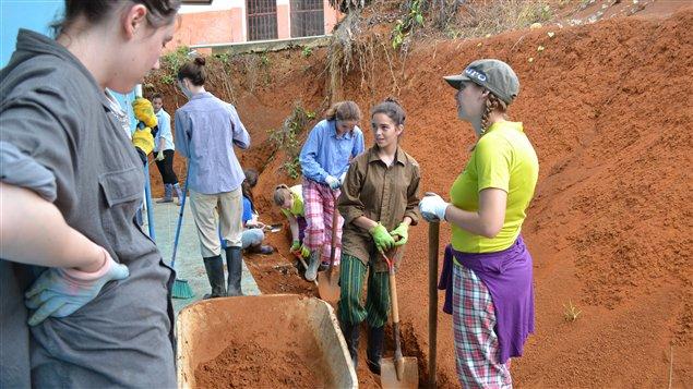 Des jeunes creusant un canal d'irrigation au Costa Rica. (archives)