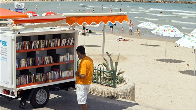 La bibliothèque mobile de la plage de Metzitzim, à Tel-Aviv, en Israël
