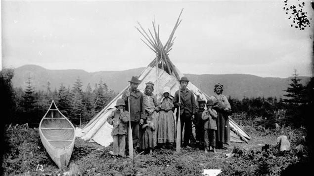Photographie d'Innus prise près de la rivière Godbout, probablement à la fin du 19e siècle.   Crédit photo : Archives nationale du Canada/collection Jules-Ernest Livernois