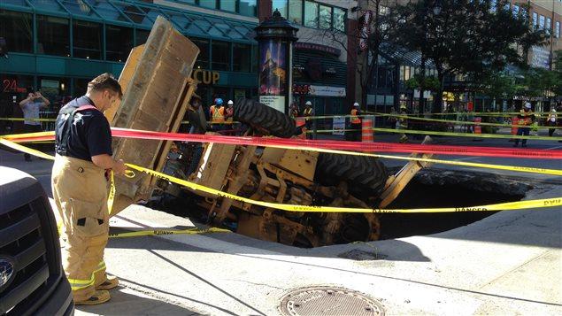 Un cas extrême... Plus tôt cette année, un trou béant s'est formé un matin en pleine heure de pointe à Montréal au coin des rues Guy et Sainte-Catherine, au coeur du centre-ville, y faisant plonger un travailleur aux commandes d'une rétrocaveuse.