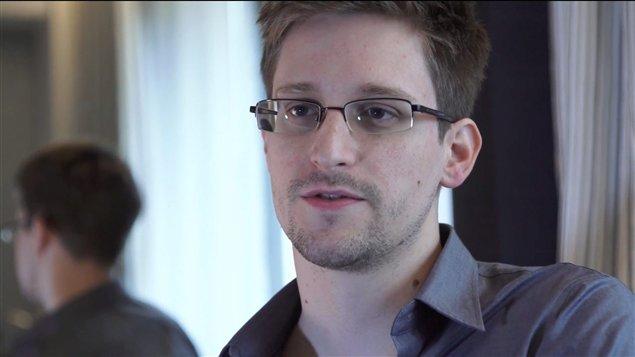 En esta foto, tomada por The Guardian, Edward Snowden portagonista de las últimas revelaciones sobre el espionaje estadounidense.