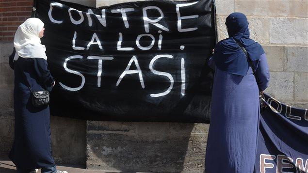 France le port du voile suscite le d bat ici radio - La loi sur le port du voile en france ...