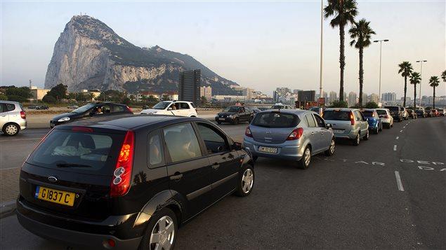 Les voitures font la file pour passer la frontière entre l'Espagne et le territoire britannique de Gibraltar, le 5 août 2013.