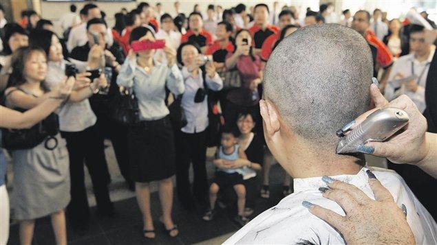 La directrice de l'école a demandé aux écolières rasées de porter une perruque.