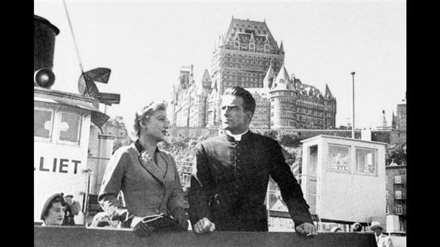Les stars du film <em>I confess</em>, Anne Baxter et Montgomery Clift, sur le pont du traversier de Québec, le Louis-Jolliet | Source : La cinémathèque québécoise